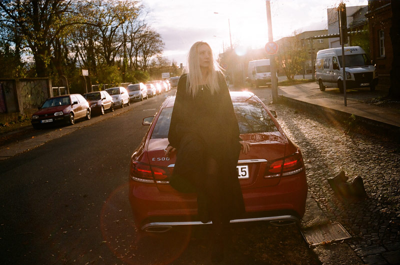 Jen Gilpin sitting on the Mercedes-Benz E 500 Coupé.Photo © Maxime Ballesteros
