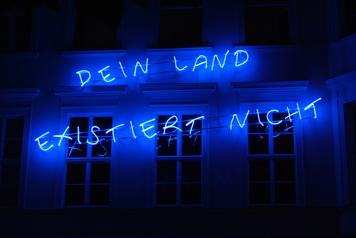 Libia Castro & O?lafur O?lafsson, DEIN LAND EXISTIERT NICHT, 2013 (From the ongoing campaign YOUR COUNTRY DOESN'T EXIST, seit 2003) Neon sign, 190 x 700 cm Installation view, Courtesy Libia Castro & O?lafur O?lafsson