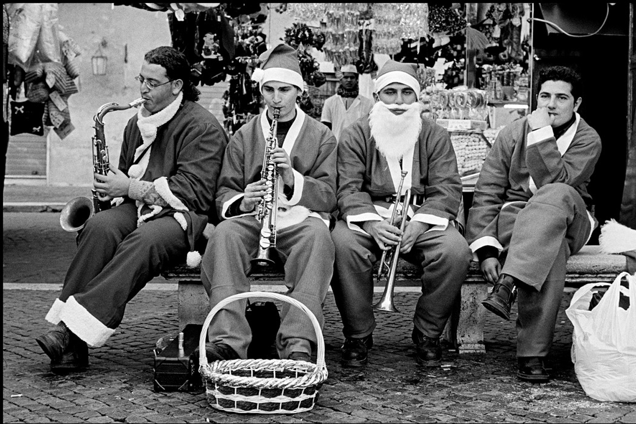 Leonard Freed 2000 ITALY. Rome. Musicians dressed as Santa Claus.